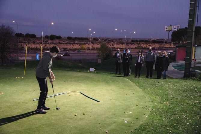 Hay cursos dirigidos a niños de seis a 14 años que residan o estén escolarizados en el distrito y también intensivos de golf para mayores de 21 años.