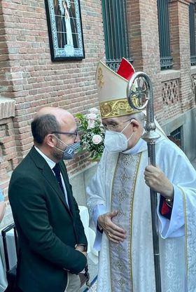 El concejal de Centro, José Fernández, conversa con el cardenal Osoro.
