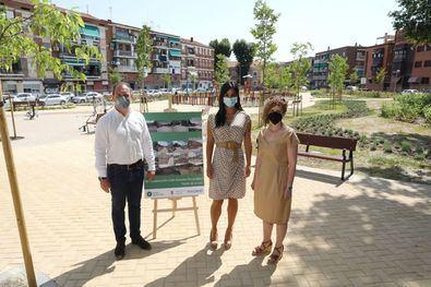 La vicealcaldesa de Madrid, Begoña Villacís, acompañada por el delegado de Desarrollo Urbano, Mariano Fuentes, y la concejal de Villaverde, Concha Chapa, ha inaugurado este viernes el jardín de la Luz en la calle Amadeo Fernández del distrito de Villaverde.