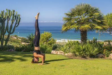 Katia Muñoz Olmo, 'wellthy expert' del hotel Royal Hideaway Sancti Petri, propone cinco 'asanas' que ayudan a reducir la sensación de pesadez en las piernas propia del verano.