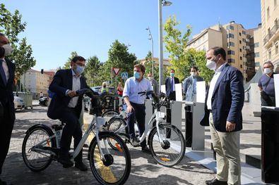 Martínez-Almeida ha explicado que, ante el aumento del vandalismo, se estudia modificar el sistema de anclaje de las bases de las bicicletas. En la imagen, el alcalde, durante la inauguración de una estación de BiciMAD en el distrito de Carabanchel.