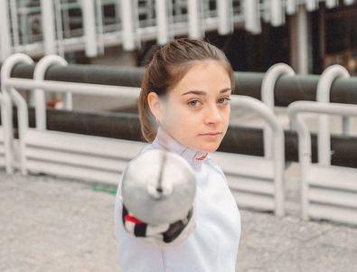 La vida de la joven de 23 años está ligada a este deporte que corre por sus venas, ya que su madre es su entrenadora y su padre es el presidente del Club de esgrima Cardenal Cisneros.