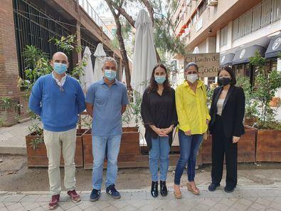 Durante el recorrido, la edil ha estado acompañada por el portavoz de la asociación de ocio y hostelería de la zona, Alberto Delgado.