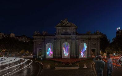 El Festival cuenta con más de una veintena de obras artísticas de reconocidos creadores nacionales e internacionales. La Puerta de Alcalá, Cibeles, El Retiro, el Museo del Prado, el Palacio Real o la plaza Mayor son algunos de los espacios emblemáticos intervenidos artísticamente, configurando un mapa de luz único.