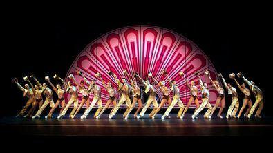 El musical se estrenó en 1975 en Broadway, donde estuvo 15 años ininterrumpidos en cartel. Galardonado con nueve premios Tony y el premio Pulitzer.