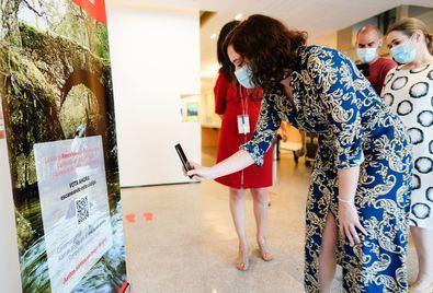 Entre las novedades, como ha comprobado la Presidenta, se ha implementado un sistema para que los visitantes puedan descargarse toda la información en sus dispositivos electrónicos, suprimiendo los folletos y material informativo en papel.