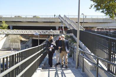La delegada de Obras y Equipamientos, Paloma García Romero, ha visitado las obras de mejora de la accesibilidad peatonal en el entorno de la estación de Cercanías de Villaverde Bajo, que han entrado en su recta final.