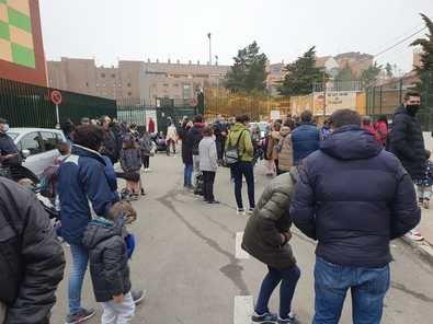 Los tres centros escolares confluyen en la calle de Motilla del Palancar, un fondo de saco donde se agolpan muchas personas en muy poco tiempo en el horario de entrada de los alumnos, de modo que es muy difícil mantener la distancia de seguridad.