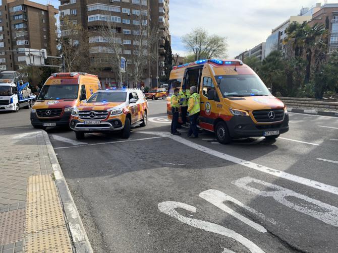 Diez heridos leves al arrollar un camión a varios vehículos en Conde de Casal