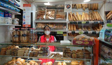 Adriana Pulupa, junto con sus hermanas, regenta desde 2013 el Horno de pan Chimbo, tienda exterior en el Mercado Municipal de Usera. El establecimiento tiene solera, pues abrió allá por el año 1963 y también cuenta con obrador propio.