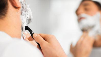 """Para un afeitado apurado, que deje la piel suave y tersa, 'lo primordial es una buena hidratación previa, antes de frotar con el jabón para limpiar las impurezas y preparar el rostro para el afeitado"""", nos cuentan los especialistas."""