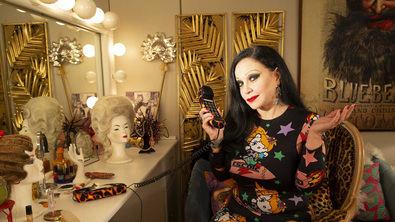 Con muchas tablas delante de la cámara, la cantante Alaska vuelve a televisión los sábados para dar el relevo a Concha Velasco como presentadora del programa Cine de Barrio, de TVE.
