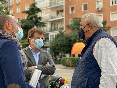El alcalde de Madrid, José Luis Martínez-Almeida, ha visitado, junto al concejal del distrito de Salamanca, José Fernández, la plaza Basilea.