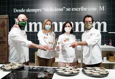 Los dos cocineros han realizado con la presidenta un 'showcooking' con lácteos, huevos, verduras y ahumados madrileños.
