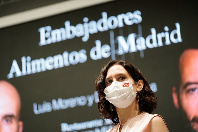 La presidenta en funciones de la Comunidad de Madrid, Isabel Díaz Ayuso, ha presentado hoy a Daniel Ochoa y Luis Moreno, chefs del restaurante Montia, como nuevos embajadores de la marca de garantía Alimentos de Madrid M Producto Certificado.