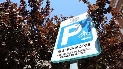 Desde 2019 se han señalizado 184 reservas con capacidad para 1.304 motos; las casi 700 restantes se situarán en los próximos meses, 378 de ellas quedarán habilitadas en agosto en 44 ubicaciones de nueve distritos: Arganzuela, Chamartín, Chamberí, Ciudad Lineal, Hortaleza, Moncloa-Aravaca, Retiro, Salamanca y San Blas-Canillejas.