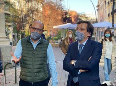 El alcalde de Madrid, José Luis Martínez-Almeida, ha visitado el barrio acompañado del concejal del distrito de Centro, José Fernández.