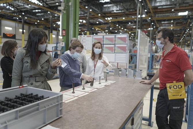 Almeida y Villacís visitan las instalaciones de Iberia en La Muñoza para conocer su proyecto de reforma