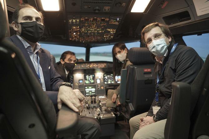 El alcalde y la vicealcaldesa han participado en una sesión de simulación de vuelo, en el Centro de Instrucción Aeronáutico de las nuevas instalaciones de Iberia.
