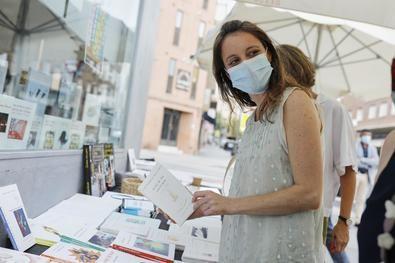 La delegada del Área de Cultura, Turismo y Deporte del Ayuntamiento de Madrid, Andrea Levy, ha querido trasladar 'un fuerte abrazo' a los organizadores de la feria del libro y todo el apoyo a las editoriales, a los escritores y, muy especialmente, a las librerías de barrio.