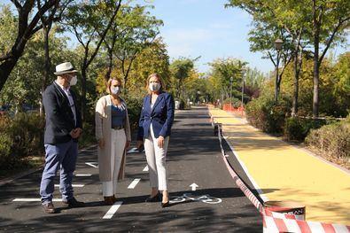 La delegada de Obras y Equipamientos, Paloma García Romero, acompañada de la concejala de Usera, Loreto Sordo, ha visitado las obras de mejora del Anillo Verde Ciclista que se están llevando a cabo en este distrito.
