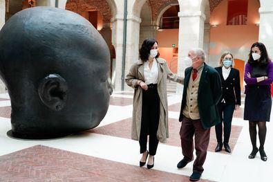 En la imagen, el artísta acompañado por la presidenta de la Comunidad de Madrid, Isabel Díaz Ayuso, durante la inauguración de la muestra.