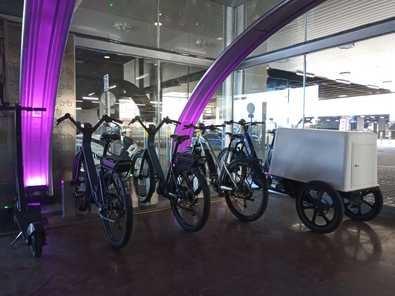 El local que acoge este servicio, con una superficie de 59 m2 aproximadamente, se dedicará a la instalación, mantenimiento y explotación de aparcamientos para bicicletas y actividades complementarias a la principal, durante un período de dos años.