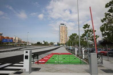 Se trata del primer parking finalizado de los 14 que se contemplan en el Plan de Aparcamientos Disuasorios de Madrid 360. Cuenta con 403 plazas y como novedad incluye una zona de reserva para vehículos de 'carsharing', plazas para bicicletas y puntos de recogida de compras 'online'.