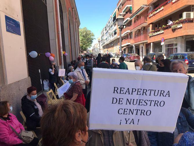 Los congregados, que han contado con el apoyo de las asociaciones vecinales, han advertido que volverán a protestar si no se produce la reapertura de los centros.