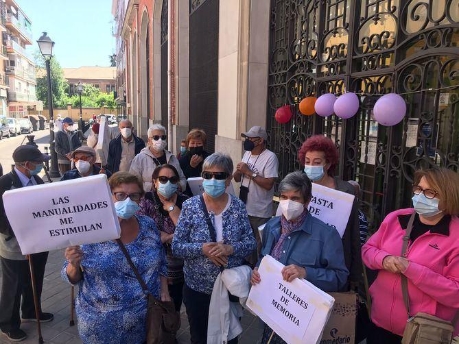 Vecinos de Carabanchel protestan ante los centros de mayores para reclamar su reapertura con protocolos sanitarios