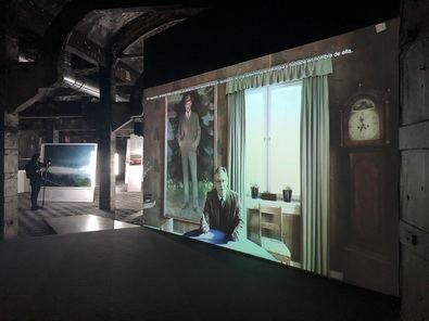 La videoinstalación Blind Sensorium es una síntesis de más de diez años de trabajo de campo de Armin Linke y sus colaboradores Giulia Bruno y Giuseppe Ielasi.