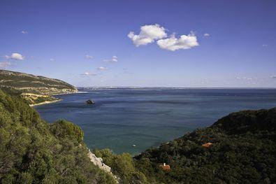 La mezcla del azul del mar y el intenso verde de su paisaje lo convierten en el lugar perfecto para disfrutar de un día de conexión por la naturaleza en Lisboa.