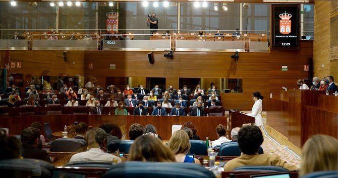 La presidenta en funciones de la Comunidad de Madrid, Isabel Díaz Ayuso, tras defender su candidatura durante la primera sesión del pleno de su investidura en la Asamblea de Madrid.