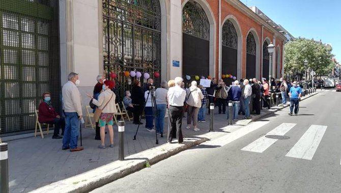 La convocatoria de este martes ha congregado frente al centro Francisco de Goya de Carabanchel Alto a unas 80 personas.