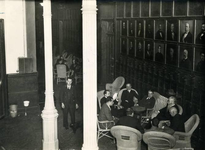 Ramón María del Valle-Inclán (presidente de la Institución) en la foto de tertulia en nuestra Galería de Retratos, ha sido uno de los numerosos rostros de la intelectualidad española que ha formado parte de los intensos 200 años de historia que el Ateneo de Madrid conmemora.