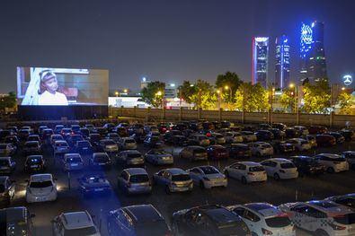 Cada cliente podrá disfrutar del cine desde su propio vehículo respetando la distancia social, sintonizando la emisora en su coche, viendo la película en una pantalla gigante de 250 m2, haciendo de esta experiencia al aire libre una alternativa de ocio segura.