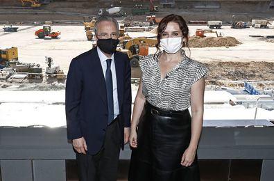 La presidenta regional, Isabel Díaz Ayuso, ha visitado las obras del nuevo estadio Santiago Bernabéu, que evolucionan favorablemente, con el desmontaje finalizado de la cubierta en los fondos norte y sur, así como en el lateral del Paseo de la Castellana.