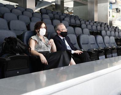 Díaz Ayuso, que ha estado acompañada del presidente del Real Madrid F.C., Florentino Pérez, ha podido conocer la transformación que está experimentando este estadio de fútbol, con la construcción de las nuevas torres de Castellana.