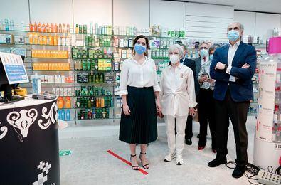 La presidenta de la Comunidad de Madrid ha acudido a una farmacia donde ha comprobado de primera mano su funcionamiento.