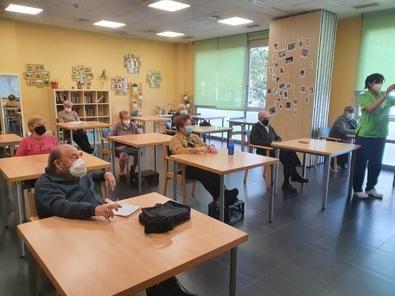 La concejala de Barajas, Sofía Miranda, ha animado a las personas mayores del distrito a hacerse socio de los centros municipales de mayores para poder participar en las actividades.