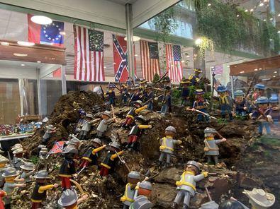 La exposición está compuesta por un total de once dioramas y consta de más de 500 objetos auténticos, reliquias y réplicas de armas, munición, documentos, mapas y diferentes enseres de la batalla.
