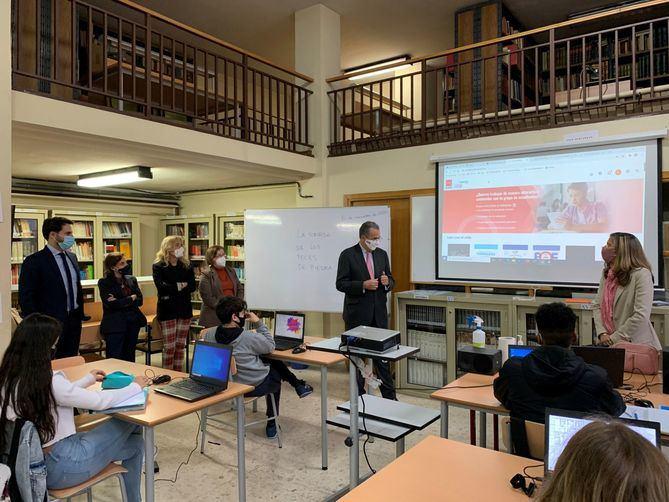 El consejero de Educación y Juventud, Enrique Ossorio, ha participado en una actividad con alumnos de 3º de la ESO del Instituto de Educación Secundaria San Isidro de Madrid, en la que han trabajado sobre el libro La Sonrisa de los Peces de Piedra, de Rosa Huertas, quien ha estado presente en el acto.