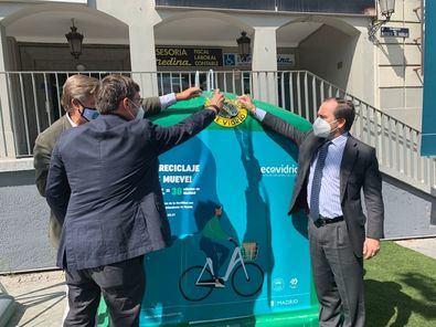 El delegado de Medio Ambiente y Movilidad, Borja Carabante y el director gerente de la Empresa Municipal de Transportes (EMT), Alfonso Sánchez, acompañados por el director de Marketing de Ecovidrio, Borja Martiarena, han presentado este jueves la iniciativa.