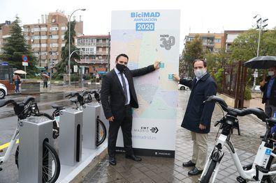 El delegado del Área de Medio Ambiente y Movilidad, Borja Carabante y el concejal del distrito de Ciudad Lineal, Ángel Niño, durante la inauguración de dos nuevas estaciones de BiciMad.
