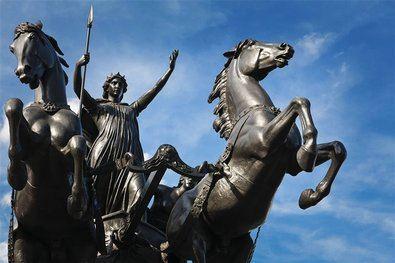 Esta estatua colocada en el puente de Westminster de Londres representa a la reina Boudica con sus hijas. Se trata de una de las protagonistas del libro de Luis Soravilla.