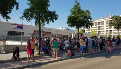 Los padres se concentraron frente al colegio Alfredo Di Stefano para pedir más centros.