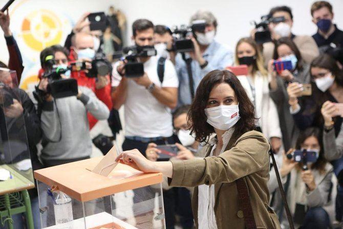 La jefa del Ejecutivo madrileño ha acudido, a partir de las 10.00 horas, a depositar su voto en el Colegio La Inmaculada Marillac, ubicado en el número 37 de la calle de García de Paredes, en el barrio de Almagro del distrito de Chamberí.