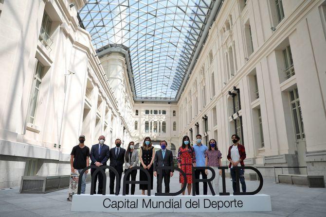 El alcalde de Madrid, José Luis Martínez Almeida, junto con la vicealcaldesa, Begoña Villacís, y la concejala delegada de Deporte, Sofía Miranda, ha anunciado que Madrid ha sido galardonada con el título de Capital Mundial del Deporte 2022.