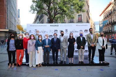 El alcalde Madrid, acompañado de la concejala de Cultura, Turismo y Deporte, Andrea Levy; la concejala delegada de Turismo, Almudena Maíllo; el concejal de Centro, José Fernández, y el presidente de la Real Academia Iberoamericana de la Gastronomía, Rafael Ansón, ha inaugurado, en la plaza del Callao, el tótem 'Gracias Madrid'.