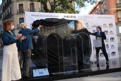 Este tótem con forma de M de Madrid, que permanecerá en la calle hasta el 1 de agosto, es un gran buzón en el que los ciudadanos podrán dejar sus mensajes de gratitud dirigidos a la ciudad y al sector hostelero.